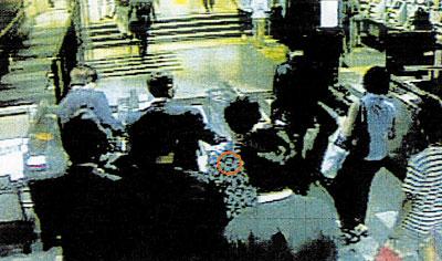 改札口付近での犯行状況(中央部の丸印を付したのが被害者)
