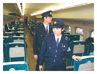警戒警備に従事する女性警察官 警戒警備に従事する女性警察官(4)精強な第一線警察の構築 近年、警